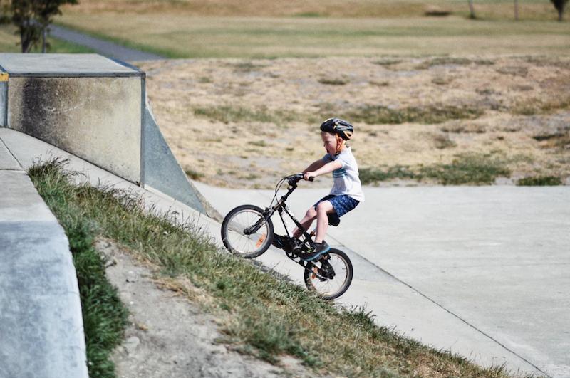 自転車で坂を駆け上がる少年